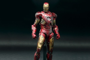 hot-toys-the-avengers-iron-man-battle-damaged-mark-vii-limited-edition-collectible-figure-3